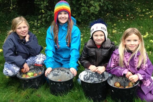 الأطفال يشاركون بورشة عصير التفاح