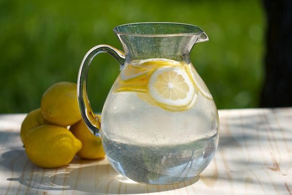 الليمون الحامض مع الماء الدافئ في الصباح