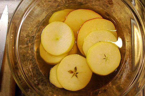 نقع شرائح التفاح بمياه حمضية