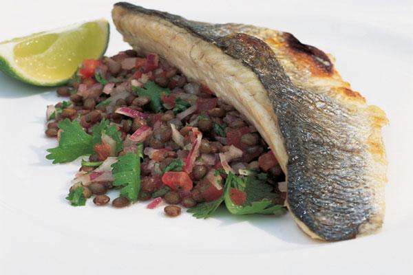 سمك الماكريل المقلي مع سلطة العدس