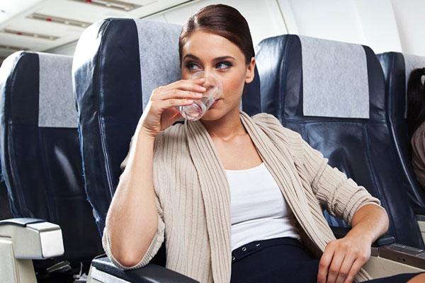 أكثروا من شرب الماء خلال الطيران