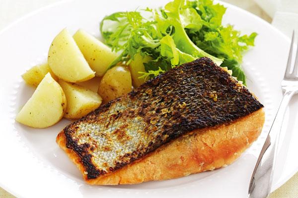 السمك المقلي بسطحٍ مقرمش
