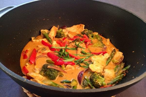طبق الدجاج بالكاري الأحمر وجوز الهند