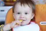 غذاء الأطفال بين الرضاعة والملعقة الصلبة