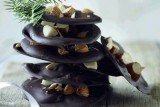 رقائق الشوكولا باللوز المدخن