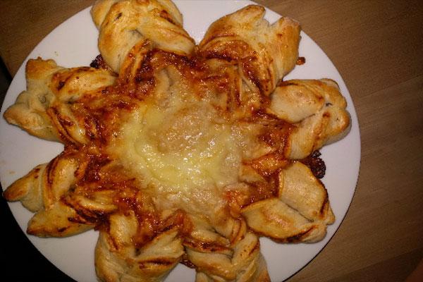 رغيف الخبز النجمة بالجبن والطماطم المقددة