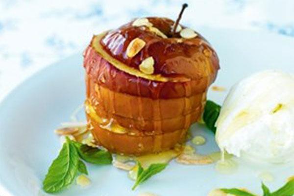 التفاح المخبوز مع آيس كريم الفانيليا