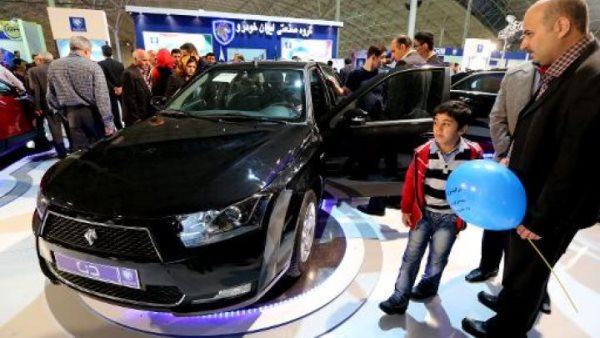 سيارة ايرانية الصنع في معرض السيارات في تبريز مؤخرا