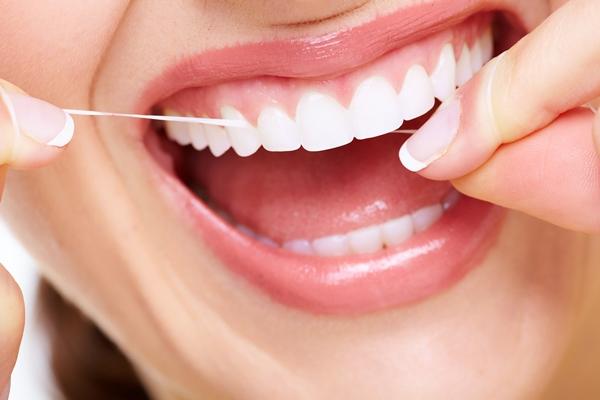 الخيط في أهمية فرشاة الأسنان
