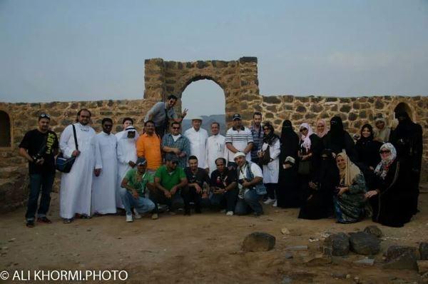 الاعلاميون أمام باب القلعة