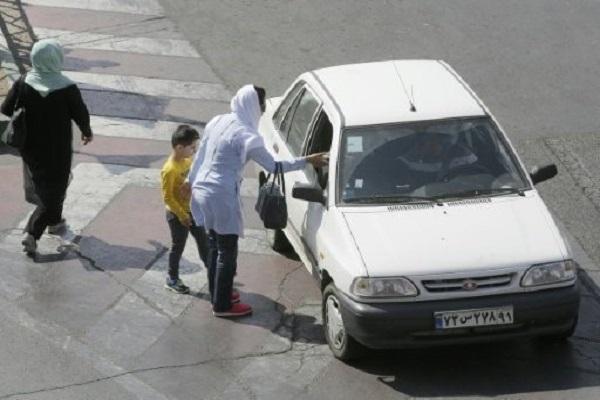 ايرانية تستوقف سائق سيارة خاصة يشغلها للاجرة بشكل غير قانوني