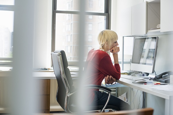 العمل جلوسا لساعات طويلة يهدد بأمراض السكري والقلب