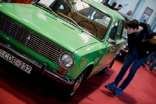 زائر يتفقد سيارة لادا سوفياتية في معرض في بودابست في 19 اذار/مارس 2016