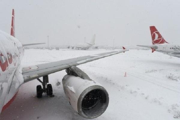 طائرات جاثمة على مدرج مطار اتاتورك في اسطنبول وسط تراكم للثلوج