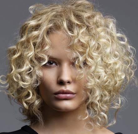 الشعر اللولبي يتطلب نعومة كي يحافظ على تسريحته