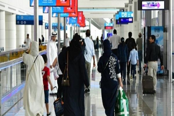 صورة بتاريخ 14 ايلول 2017 لمسافرين في مطار دبي الدولي في الامارات