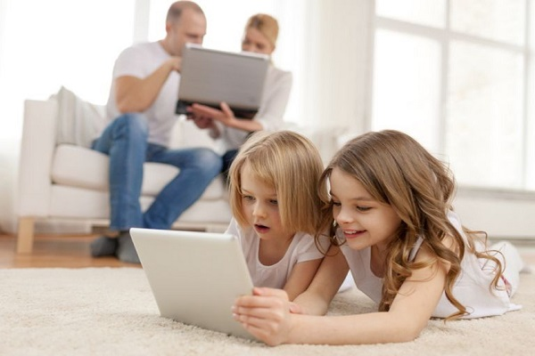 على الأهل التقنين من استخدام التكنولوجيا أمام أطفالهم