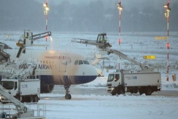 جهود لازالة الثلوج من على جسم طائرة تابعة للخطوط الجوية البريطانية في مطار دوسلدورف