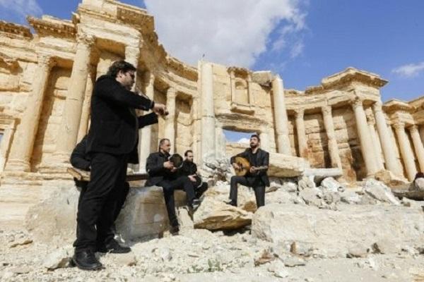 موسيقيون يعزفون فوق انقاض المسرح الروماني في تدمر