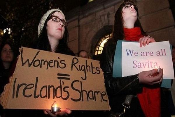 وقفة احتجاجية صامتة من أجل سافيتا هالابانافر، التي توفيت عام 2012 بعد أن مُنعت عن الإجهاض