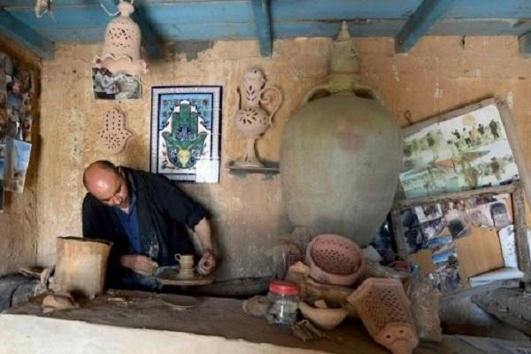 تونسي يعمل في محترف لصنع الخزف في جربة، في 13 ايار/مايو 2017