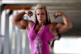 الطب يحذر من تناول المرأة للهرمونات لبناء عضلاتها