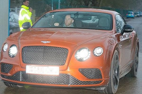 روني يقود احدى سياراته