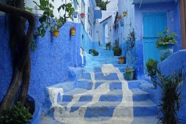 شارع يغلب عليه اللون الازرق في بلدة شفشوان في منطقة الريف في شمال المغرب