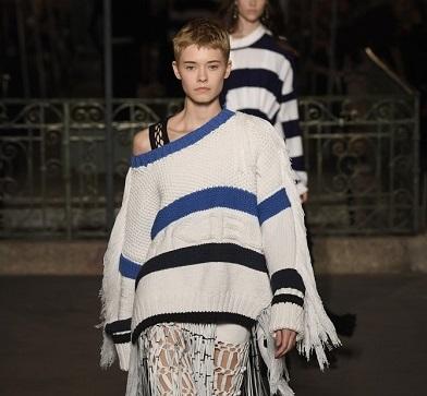 عرض أزياء يدعو للاستعانة بخامات ملائمة لكوكب الأرض
