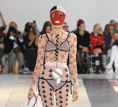 عرض أزياء Browne يثير الصدمة والإبهار في باريس !