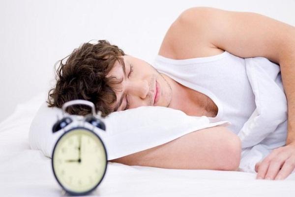 الرجل الأبيض الذي ينام 9 ساعات أو أكثر يزيد لديه خطر الجلطة