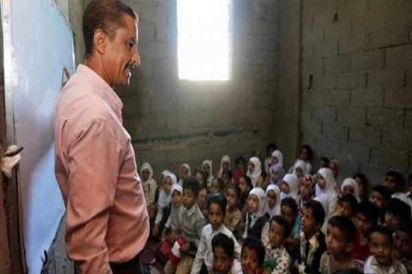 أطفال يمنيون في غرفة تدريس في منزل تحول إلى مدرسة في مدينة تعز في جنوب غرب اليمن