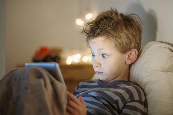 الساعات الطويلة أمام الشاشة تغير تركيب دماغ الأطفال