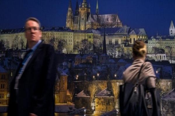 زوار يمرون امام صورة عملاقة لقصر براغ في الجناح التشيكي لمعرض السياحة في برلين