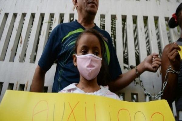 أقارب مرضى يحتجون على نقص الأدوية خارج مستشفى