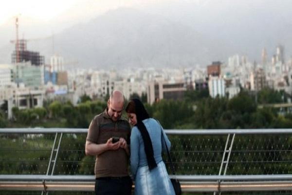 صورة من الارشيف لايرانيين يستخدمان الهاتف الجوال في طهران