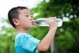 الاقلال من شرب المياه لدى الأطفال يهدد بالبدانة