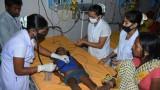 طفلة هندية تعالج في مستشفى منطقة مظفر بور في ولاية بيهار من اصابتها بالحمى الدماغية
