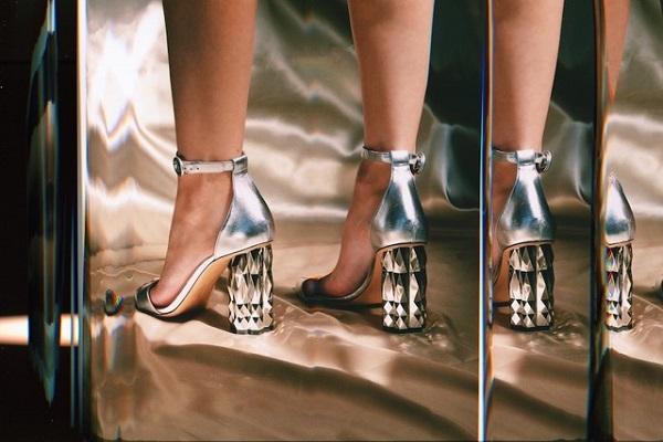 أحذية سالفاتوري فيراغامو بكعوب ينكسر بها الضوء
