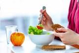 يرتبط تناول الطعام ليلًا بزيادة خطر الإصابة بالسمنة والسكري