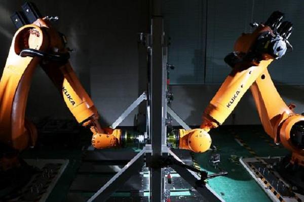 نيسان تدرّب الروبوتات على صناعة قطع غيار للسيارات
