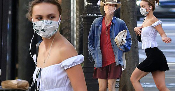 فانيسا باراديس وليلي روز ديب بالكمامة في شوارع باريس