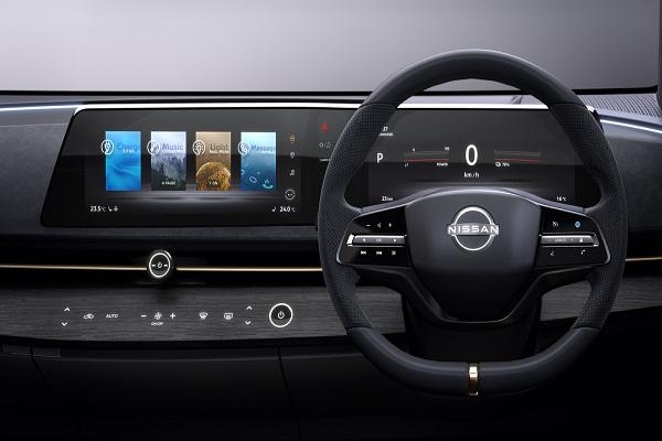 شاشة العرضفي سيارة أريا من نيسان على شكل الموجة