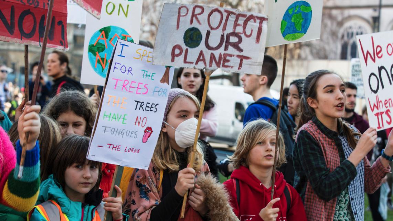 أطفال في وقفة احتجاجية لانقاذ كوكب الأرض