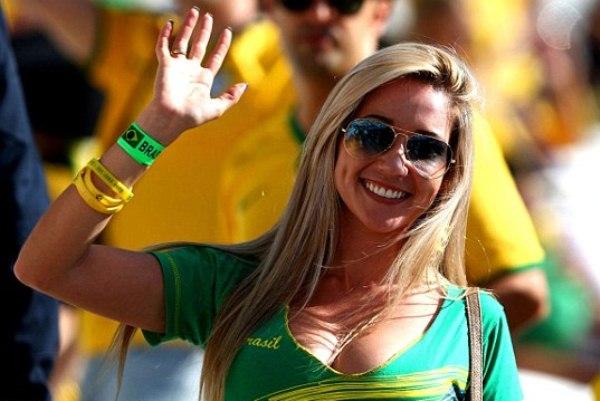 مشجعة برازيلية في حفل افتتاح كأس العالم لكرة القدم 2014