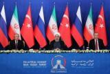روحاني (وسط) خلال مشاركته في مؤتمر صحافي مع نظيريه التركي أردوغان (يمين) وبوتين في طهران بتاريخ 7 سبتمبر 2018 في صورة نشرها مكتبه