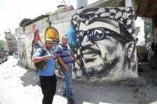 فلسطينيان في مخيم عين الحلوة الواقع في جنوب لبنان