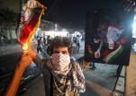 محتج في البصرة يحرق علم إيران