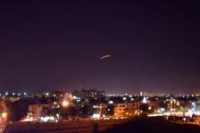 صورة تظهر الدفاعات السورية وهي ترد على قصف إسرائيلي على مطار دمشق
