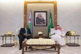 الملك سلمان بن عبد العزيز والرئيس إسماعيل عمر جيلة خلال جلسة المباحثات